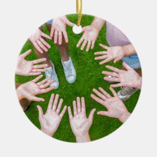 Zehn Arme der Kinder im Kreis mit Palmen der Hände Keramik Ornament
