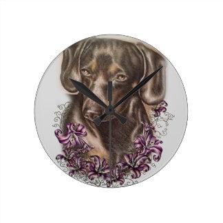 Zeichnen der Brown-Dackel-Hunde-und Lilien-Kunst Runde Wanduhr