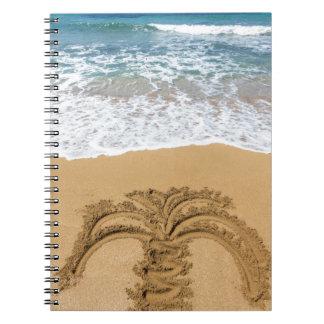 Zeichnen der Palme auf sandigem Strand Notizblock