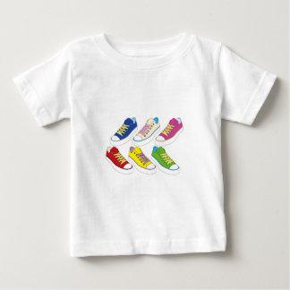 Zeichnende Turnschuhe, bunte laufende Schuhe Baby T-shirt
