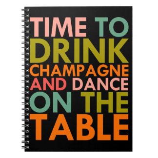 Zeit, Champagne zu trinken und auf die Tabelle zu Spiral Notizblock