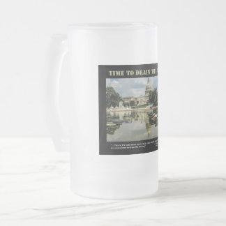 Zeit, die Sumpf-mattierte Tasse abzulassen