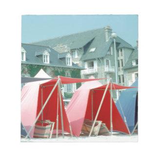 Zelte auf Strand in Bretagne, Frankreich Notizblock
