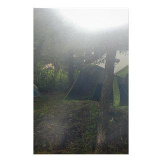 Zelte im Morgennebel