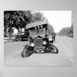 Zerschmettertes Vintages Car, 1922. Vintages Foto Poster