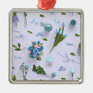 Zerstreute Blumen blau Quadratisches Silberfarbenes Ornament