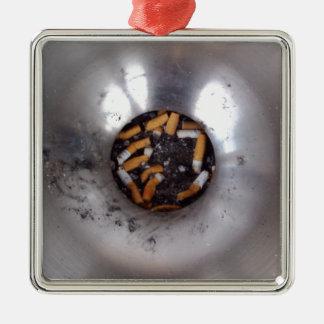 Zigaretten-Hintern im silbernen Silbernes Ornament