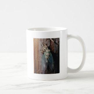 Zikade trocknet seine Flügel Kaffeetasse