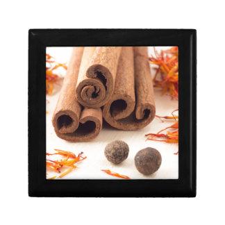 Zimtstangen, aromatischer Safran und Piment Erinnerungskiste