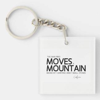 ZITATE: Konfuzius: Mann bewegt einen Berg Schlüsselanhänger