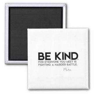ZITATE: Plato: Seien Sie nett Quadratischer Magnet