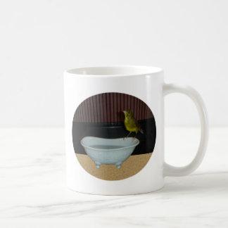 Zitronengelbe Badzeit der Rolle Kaffeetasse