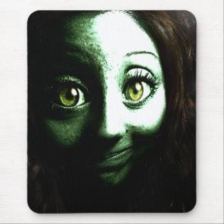 Zombie-Mädchen-Jugendlicher mit GROSSEN Augen Mousepads