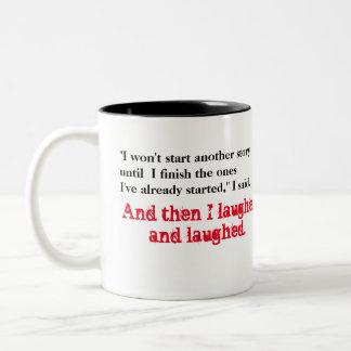 Zu viele Geschichten Zweifarbige Tasse