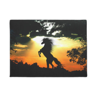 Züchtung des Pferds am Sonnenuntergang Türmatte