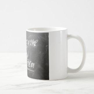 Zuerst lernen Sie die Regeln, dann brechen Sie sie Kaffeetasse