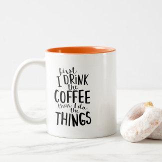 Zuerst trinke ich den Kaffee, dann, das ich die Zweifarbige Tasse