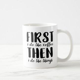 Zuerst tue ich den Kaffee Kaffeetasse