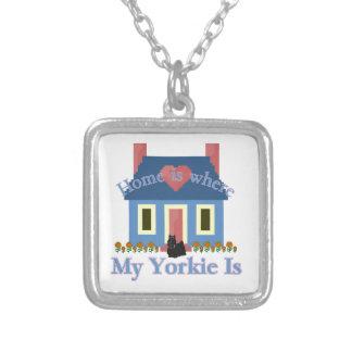 Zuhause ist Yorkshire-Terrier Versilberte Kette