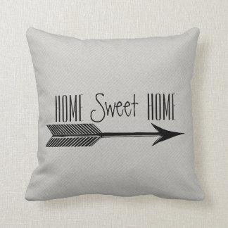 Zuhause-süße Zuhause-Typografie mit Pfeil Kissen