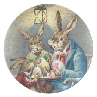 Zurechtgemachte Ostern-Kaninchen, die Ei-Platte fä Party Teller