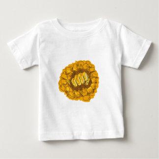 Zusammengepreßte Faust, die das Baby T-shirt