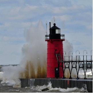 Zusammenstoßendes Wasser auf Südhafen-Leuchtturm Freistehende Fotoskulptur
