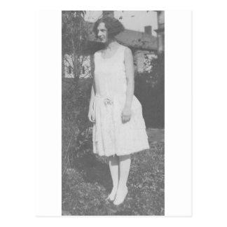 Zwanzigerjahre Dame im weißen Kleid Postkarte