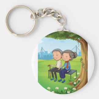 Zwei alte Paare am Park Schlüsselanhänger