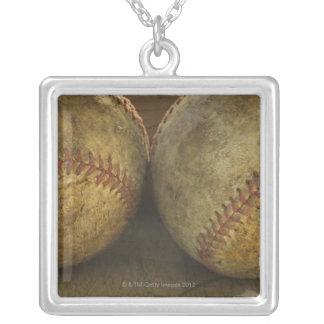 Zwei antike Baseball Halskette Mit Quadratischem Anhänger