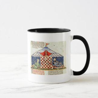 Zwei Araber, die Schach in einem Zelt spielen Tasse