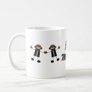 Zwei Bräutigame, die glückliches Schwarzes tanzen Kaffeetasse