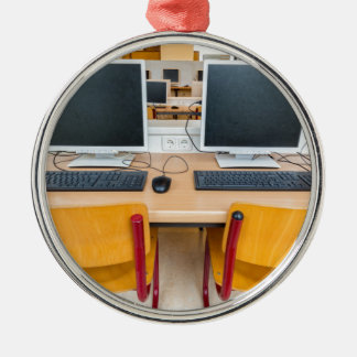 Zwei Computer im Klassenzimmer auf Highschool Silbernes Ornament