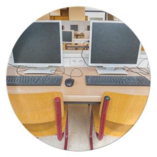 Zwei Computer im Klassenzimmer auf Highschool Teller