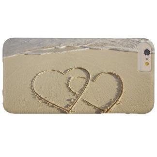 Zwei darüberliegende Herzen gezeichnet auf dem Barely There iPhone 6 Plus Hülle