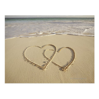Zwei darüberliegende Herzen gezeichnet auf dem Postkarte