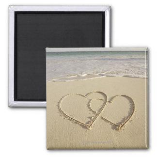 Zwei darüberliegende Herzen gezeichnet auf dem Str Magnete