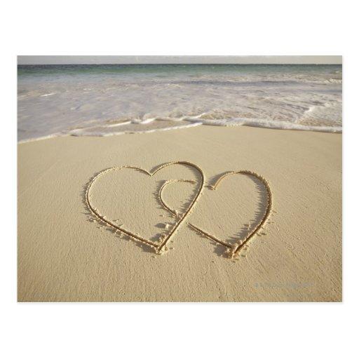 Zwei darüberliegende Herzen gezeichnet auf dem Str Postkarte