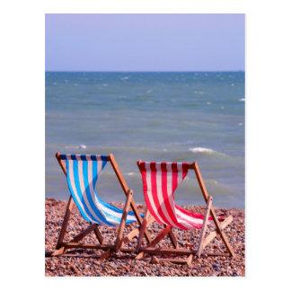Zwei deckchairs auf dem Strand Postkarte