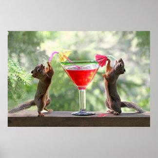 Zwei Eichhörnchen, die ein Cocktail trinken Plakate