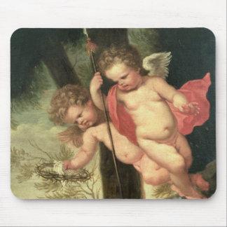 Zwei fliegende Engel, Dornenkrone halten Mousepad