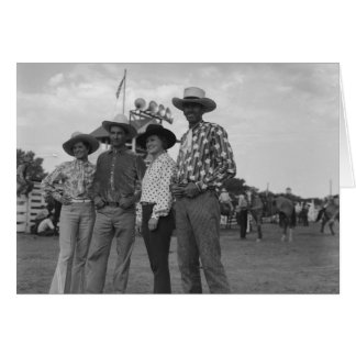 Zwei Frauen und zwei Männer an einem Rodeo Karte