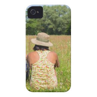 Zwei Freunde, die zusammen in meadow.JPG sitzen iPhone 4 Hülle