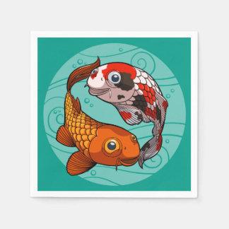 Zwei freundliche Koi Karpfen-Schwimmen in einem Serviette