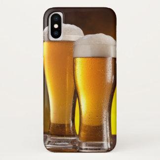 Zwei Gläser Biere auf einer hölzernen Tabelle iPhone X Hülle
