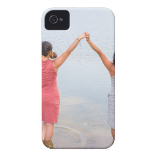 Zwei glückliche Frauen stehend in water.JPG iPhone 4 Case-Mate Hülle
