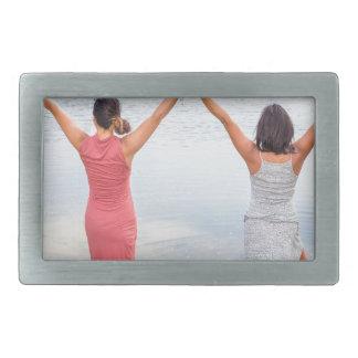 Zwei glückliche Frauen stehend in water.JPG Rechteckige Gürtelschnalle