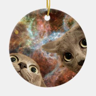 Zwei graue Katzen im Raum vor einem Nebelfleck Keramik Ornament