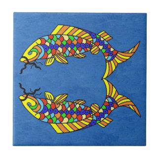 Zwei helle abstrakte extravagante Fische auf Fliese