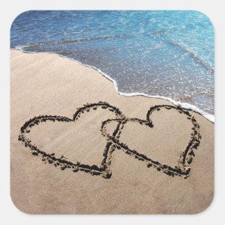 Zwei Herzen im Sand Quadrat-Aufkleber